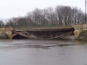 Mtaylor848 - Partially_collapsed_Tadcaster_Bridge_(30th_December_2015)_002